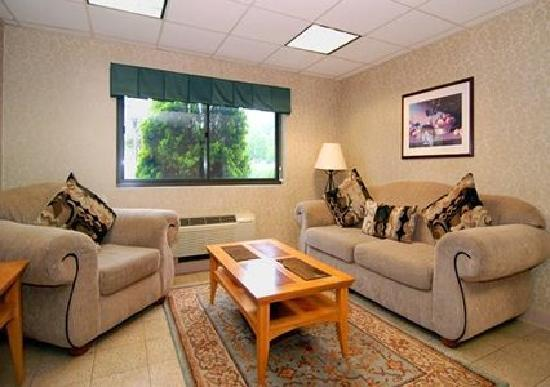 Quality Inn: Spacious Lobby with sitting area