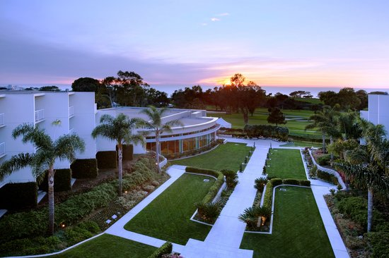 Hilton La Jolla Torrey Pines: View of Courtyard &amp; Torrey Pines Golf Course at Sunset