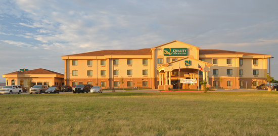 Quality Inn &amp; Suites: Hotel Outside Look