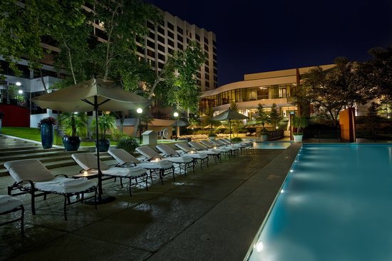 Omni Houston Hotel: Night Time View of Pool