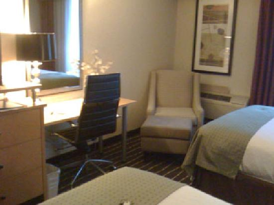 Holiday Inn Portland South: Workspace area in the room