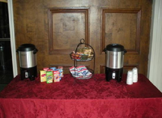 CVI Hotel - Collegiate Village Inn: Breakfast Table