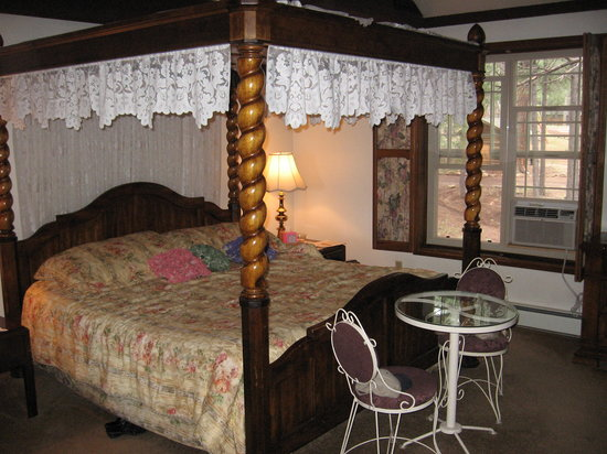 Arizona Mountain Inn: Four poster canopy bed.