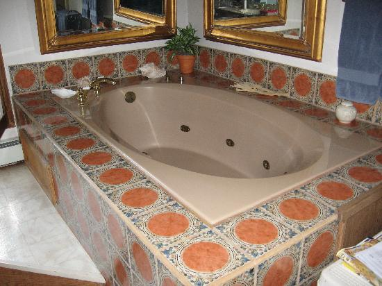 Arizona Mountain Inn: Raised jetted tub.