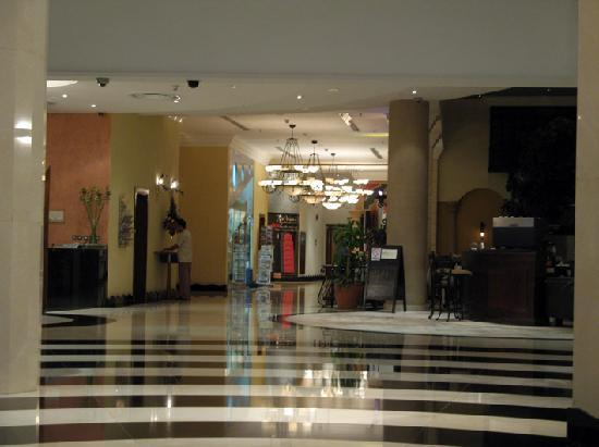 Millennium Airport Hotel Dubai: lobby area with restaurants in the rear