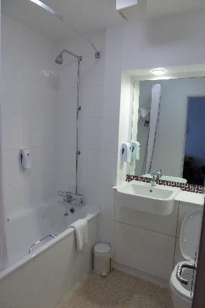 Premier Inn Edinburgh East: Nice sized en suite bathroom