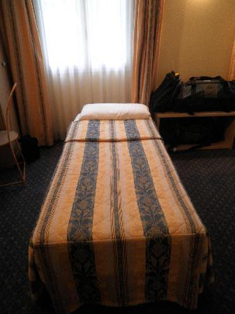 Hotel les Cigales : Single bed