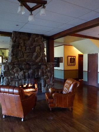 Historic Crags at the Golden Eagle Resort: Cozy seating for live music venue