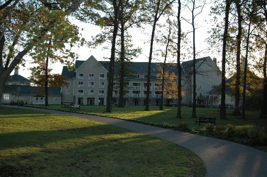 The Lodge at Geneva-on-the-Lake: View of hotel from walking trail