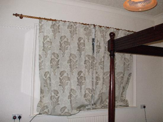 Ambleside Lodge: Curtains which did not fit windows