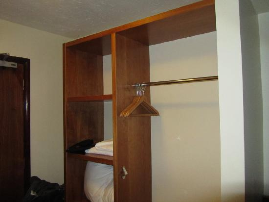 Premier Inn Stroud: Closet space