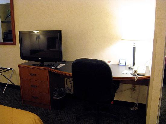 Sleep Inn & Suites Harrisonburg: View of the flat screen TV, and desk area. There is also a wall mirror outside of the bathroom.