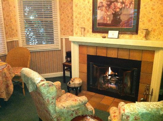 The Foxes Inn : Beautiful Fireplace Area