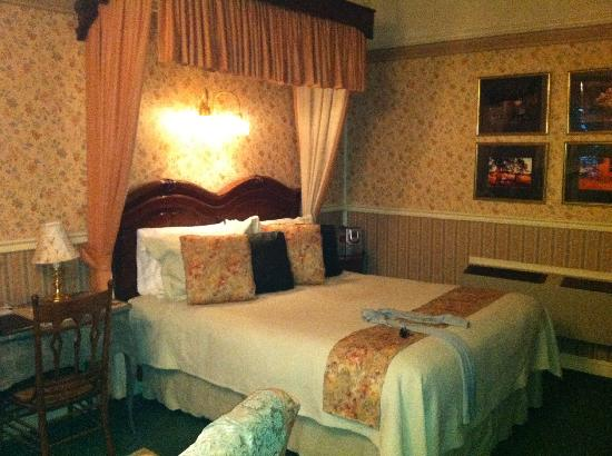 The Foxes Inn: Fab Bed