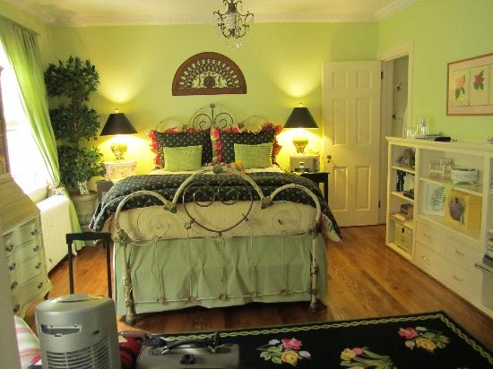 10 Fitch Luxurious Romantic Inn: Garden Suite bed area