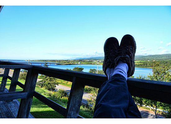 Duck Cove Inn: feet up on the balcony
