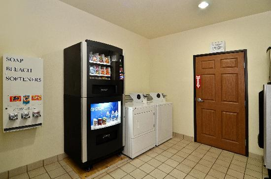 BEST WESTERN Fort Worth Inn & Suites: Guest Laundry Facilty & Vending Machine