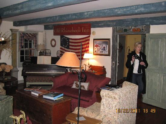 Olde Rhinebeck Inn: living room