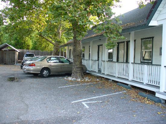 Sierra Mountain Inn: Parking area/rooms