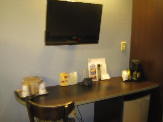 Microtel Inn & Suites by Wyndham Bath: TV, Workstation area