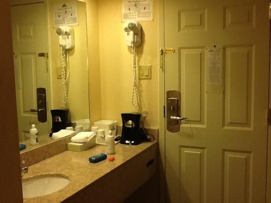 Days Inn Hartford: vanity area