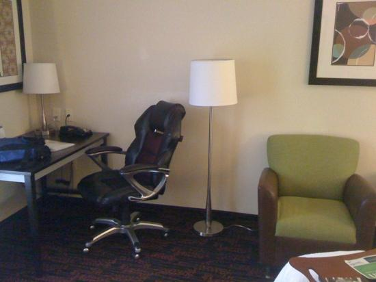 Hampton Inn Jericho Westbury: Work desk and chairs