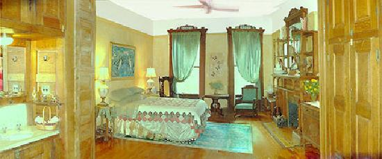 Villa 121 Harlem Guest House: gold1_deluxesuite_kingbed
