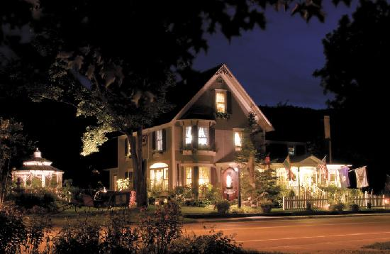 Phineas Swann Bed and Breakfast Inn: Phineas Swann on a Summer Evening