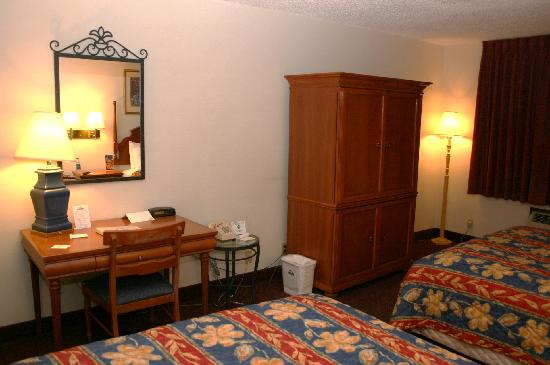 Days Inn Rawlins: Desk / TV area