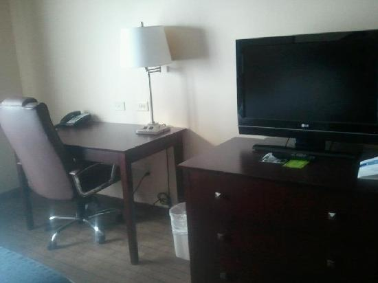 Holiday Inn Aurora North- Naperville: Desk & tv