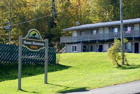 Moose Mountain Inn: Sign and Motel