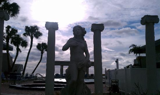Via Roma Beach Resort: Statue in front of the resort