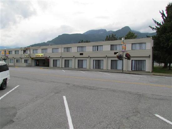 August Jack Motor Inn: Motel from the street