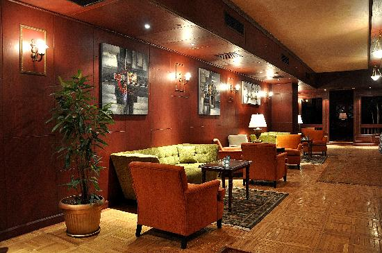 Premier Le Reve Hotel & Spa: Long Bar