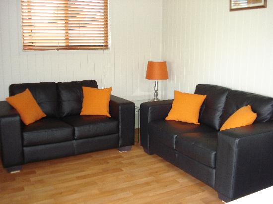 Killarney View Cabins and Caravan Park: 2 bedroom cabin lounge