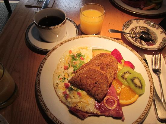 PineCrest Bed and Breakfast Inn: One of the wonderful breakfasts we had there