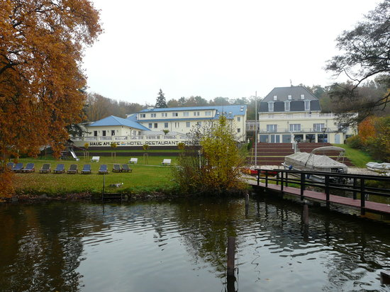 Diensdorf-Radlow, Tyskland: view of the hotel from the lake