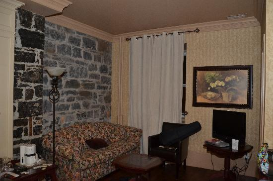 Hotel Louisbourg : Queen bed with private bath, window over looking mainstreet 