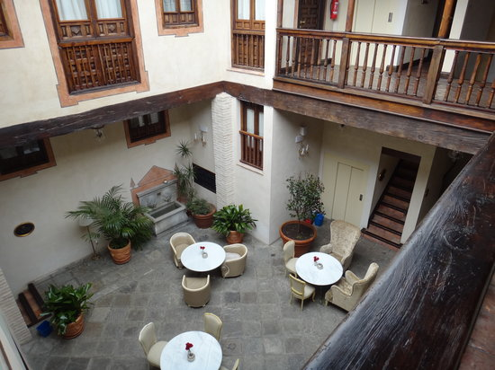 Hotel Casa 1800 Granada: The hotel courtyard viewed from the first floor