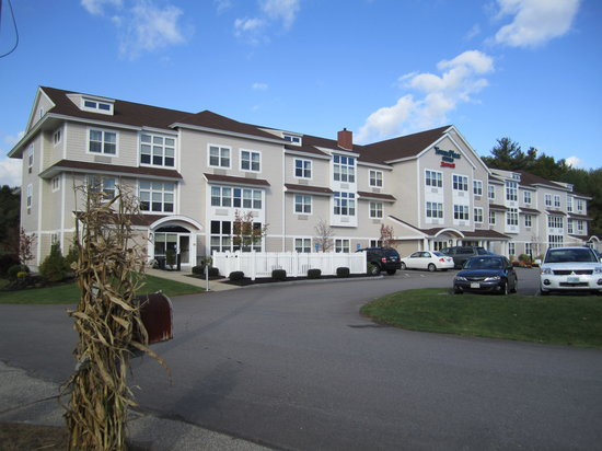 TownePlace Suites Gilford: Front of hotel