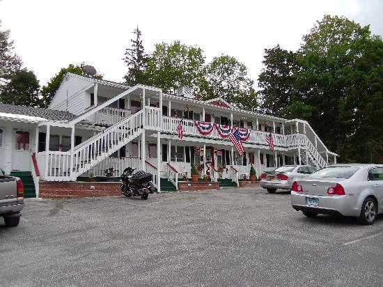 Bennington Motor Inn: Hotel and parking lot.