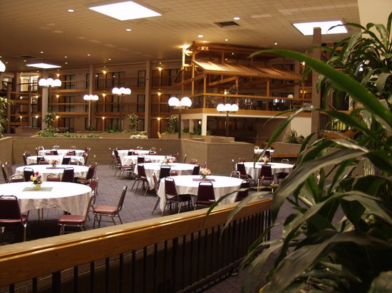 Ramada Conference Center: Atrium