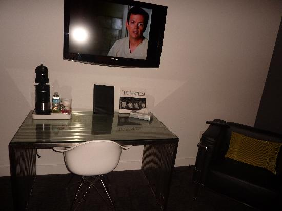 Hotel Metro: TV, desk w/ bucket chair, coffee maker and leather chair
