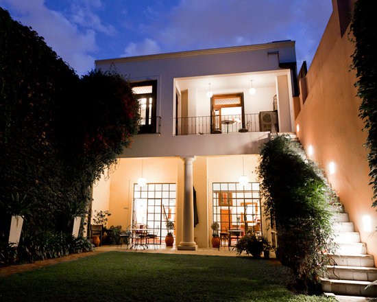 Cabrera Garden Boutique Guest House: Garden facade in the evening