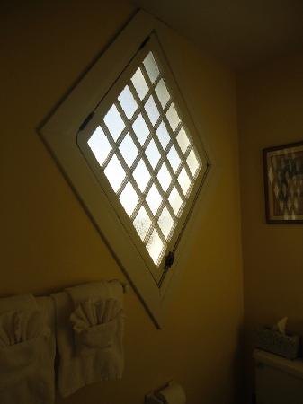 Stonewall Jackson Inn: Bathroom window