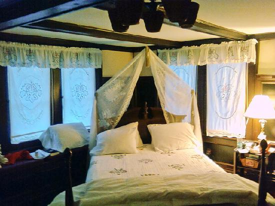 Harbour House Inn: Another view of the Field of Dreams room.