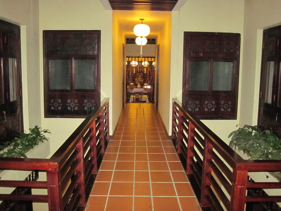 Long Life Riverside Hotel: Hall to Room