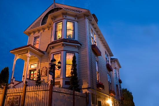Humboldt House Bed &amp; Breakfast Inn: The Humboldt House at Dusk