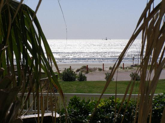 Holiday Inn Club Vacations Galveston Beach Resort: View of beach from pool area