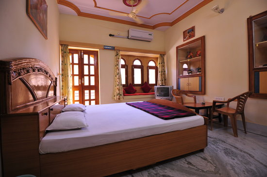 Hotel Roop Mahal: room with view of jaisalmer fort .